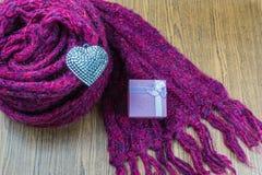 Fond de jour de valentines avec le coeur et les écharpes d'argent de boîte-cadeau Photographie stock libre de droits