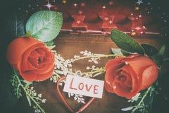 Fond de jour de valentines avec le coeur et roses sur le backgroun en bois Photo stock