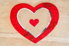 Fond de jour de valentines avec le coeur rouge au-dessus du fond en bois Photos libres de droits