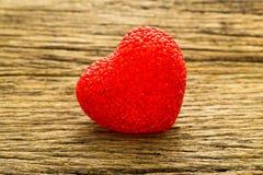 Fond de jour de valentines avec le coeur rouge de valentine sur la table en bois Images libres de droits
