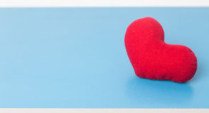 Fond de jour de valentines avec le coeur rouge sur le bleu Photographie stock libre de droits