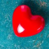 Fond de jour de valentines avec le coeur rouge sur le vieux vintage b en bois Image libre de droits