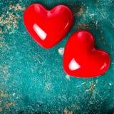 Fond de jour de valentines avec le coeur rouge sur le vieux vintage en bois Image stock