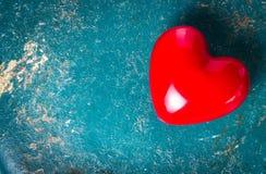 Fond de jour de valentines avec le coeur rouge sur le vieux vintage en bois Photographie stock libre de droits