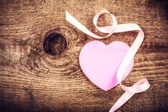 Fond de jour de valentines avec le copyspace. Coeur de papier rose mou Photos libres de droits