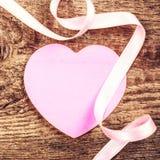 Fond de jour de valentines avec le copyspace. Coeur de papier rose mou Images libres de droits