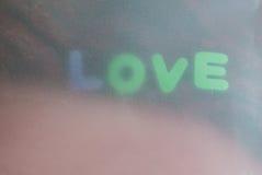 Fond de jour de valentines avec le message textuel et les écharpes d'amour dedans Photos stock
