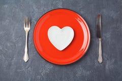 Fond de jour de valentines avec le plat de forme de coeur Dîner de restaurant ou concept de menu Image stock