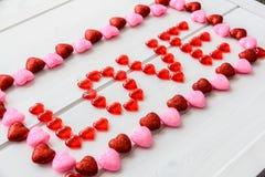Fond de jour de valentines avec le texte d'amour sur le bureau en bois grunge Photographie stock libre de droits