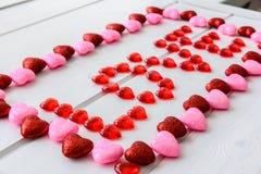 Fond de jour de valentines avec le texte d'amour sur le bureau en bois grunge Image libre de droits