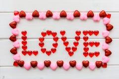 Fond de jour de valentines avec le texte d'amour sur le bureau en bois grunge Images stock