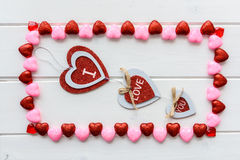 Fond de jour de valentines avec le texte d'amour sur le bureau en bois grunge Photo libre de droits