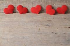 Fond de jour de valentines avec les coeurs rouges sur le fond en bois Photos libres de droits