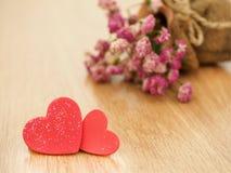 Fond de jour de valentines avec les coeurs rouges sur le plancher en bois Amour et concept de valentine Photographie stock libre de droits