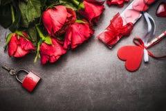 Fond de jour de valentines avec les roses assez rouges groupe, coeur, bougies de cadeau, serrure et clé Photo libre de droits