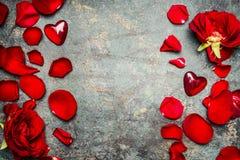Fond de jour de valentines avec les roses rouges, les pétales et le coeur, vue supérieure Photo libre de droits