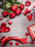 Fond de jour de valentines avec les symboles d'amour, la décoration rouge et le beau groupe de roses, vue supérieure Photographie stock libre de droits
