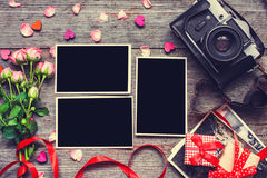 Fond de jour de valentines cadres vides de photo avec le rétro appareil-photo Photos libres de droits