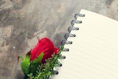 Fond de jour de valentines Coeurs de Valentine avec la note vide ouverte Images libres de droits