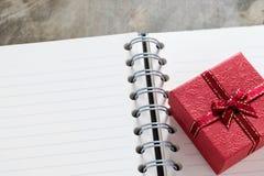 Fond de jour de valentines Coeurs de Valentine avec la note vide ouverte Photographie stock
