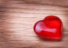 Fond de jour de valentines. Coeurs sur la texture en bois Photos stock