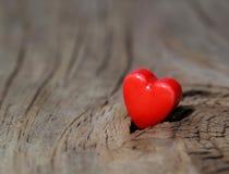 Fond de jour de valentines. Coeurs sur la texture en bois. Photographie stock libre de droits