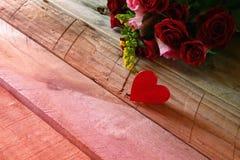 Fond de jour de valentines Couples des coeurs et des roses rouges Photos stock