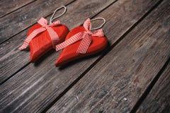 Fond de jour de valentines Couples des coeurs rouges avec le ruban à carreaux sur le fond en bois Photos libres de droits