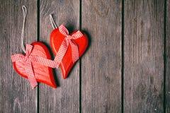 Fond de jour de valentines Couples des coeurs rouges avec le ruban à carreaux sur le fond en bois Vue supérieure Image libre de droits