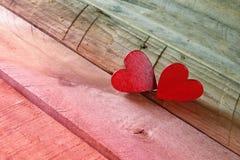 Fond de jour de valentines Couples des coeurs rouges sur la table Images libres de droits