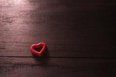fond de jour de valentines de foyer sélectif avec des coeurs sur le bois t Image libre de droits
