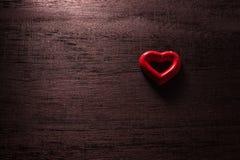 fond de jour de valentines de foyer sélectif avec des coeurs sur le bois t Photos stock
