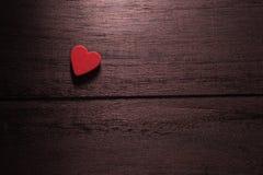 fond de jour de valentines de foyer sélectif avec des coeurs sur le bois t Photographie stock libre de droits