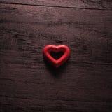 fond de jour de valentines de foyer sélectif avec des coeurs sur le bois t Images libres de droits