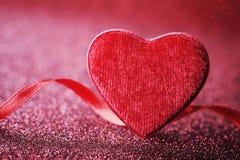 Fond de jour de valentines de saint avec le coeur rouge et ruban pour la carte de voeux de vacances Photographie stock libre de droits