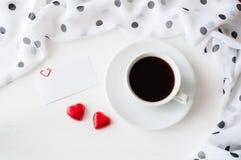 Fond de jour de valentines de St - tasse de café, de carte vierge d'amour et de deux sucreries en forme de coeur Photos stock