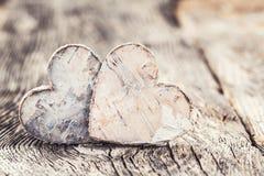 Fond de jour de valentines Deux coeurs sur le fond en bois Foyer sélectif Photographie stock libre de droits