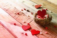 Fond de jour de valentines Les couples des coeurs rouges dans l'oiseau nichent Photo stock