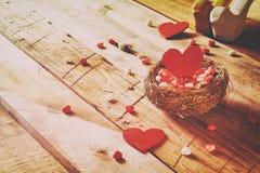 Fond de jour de valentines Les couples des coeurs rouges dans l'oiseau nichent Image stock