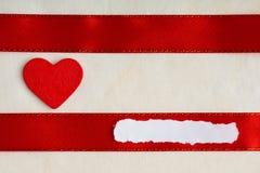 Fond de jour de valentines. Ruban et coeur rouges de satin. Photographie stock libre de droits