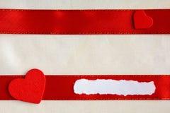 Fond de jour de valentines. Ruban et coeurs rouges de satin. Photos libres de droits