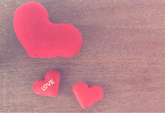 Fond de jour de valentines - vue supérieure des coeurs rouges sur en bois Photo stock