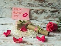 Fond de jour du ` s de Valentine avec des lettres et des pétales de rose d'amour Vue de ci-avant Photo stock