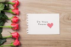 Fond de jour du ` s de Valentine avec le bouquet des roses rouges Image stock