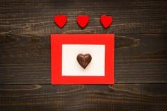 Fond de jour du ` s de Valentine Carte de jour du ` s de Valentine avec les coeurs rouges sur le bureau en bois Images libres de droits