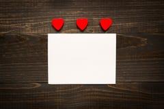 Fond de jour du ` s de Valentine Carte de jour du ` s de Valentine avec les coeurs rouges sur le bureau en bois Photo libre de droits