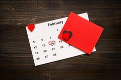 Fond de jour du ` s de Valentine Carte et calendrier de jour du ` s de Valentine sur le bureau en bois Photos stock