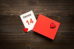 Fond de jour du ` s de Valentine Carte et calendrier de jour du ` s de Valentine sur le bureau en bois Photos libres de droits