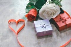 Fond de jour du ` s de Valentine, coeur rouge avec la rose rouge de blanc, ruban Image stock