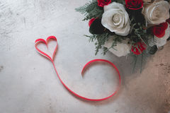 Fond de jour du ` s de Valentine, coeur rouge avec la rose rouge de blanc, ruban Photo libre de droits